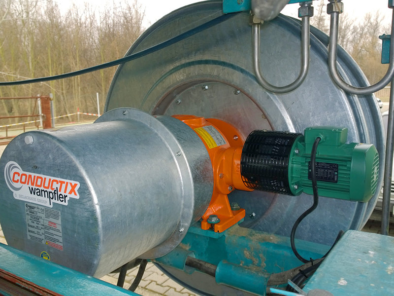 Mobile Scraper with grabber in a hydroelectric power plant
